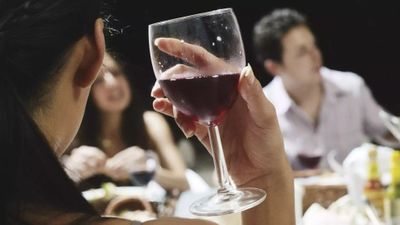 Правда или миф: бокал вина за едой – не алкоголизм!