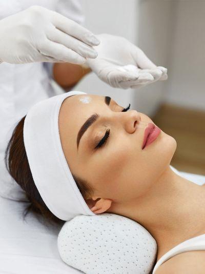 Чистка лица у косметолога: за и против